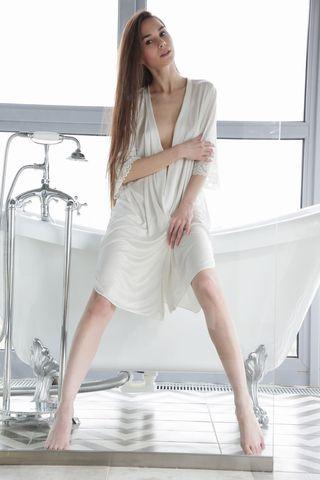 Стройная брюнетка приняла ванну и нежной мастурбацией перед зеркалом возбудила себя, после чего и довела до оргазма