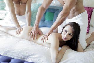 Два мужика прижимают худую брюнетку с двух сторон и трахают ее в две залупы крупным планом во все щели до оргазма