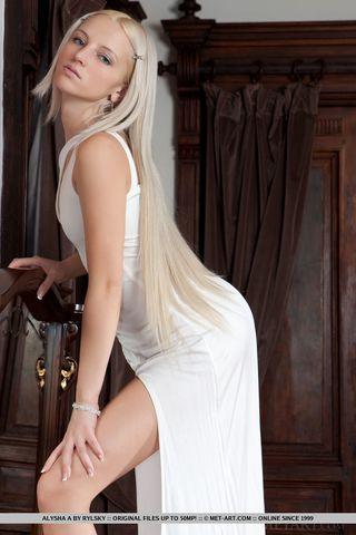 Блондинка с обвисшими половыми губами раздвигает ноги и стонет от страстной мастурбации крупным планом