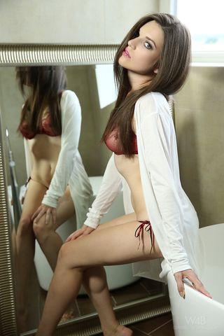 Брюнетка снимает красное белье в ванной и там же пальцами раздвигает половые губы, чтоб показать узкую щелку