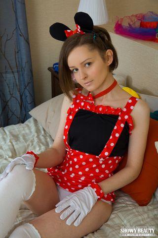 Худышка в чулках и в белоснежных перчатках лежит на постели и задирает ноги, чтоб ее киска была видна крупным планом