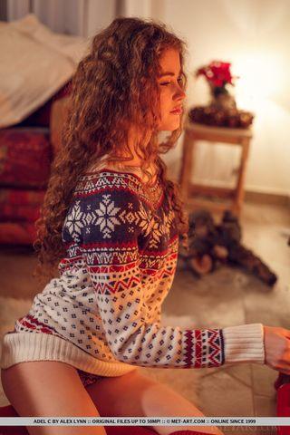 Сексуальная брюнетка нежится в теплом свитере возле камина и начинает увлеченно снимать с себя белье